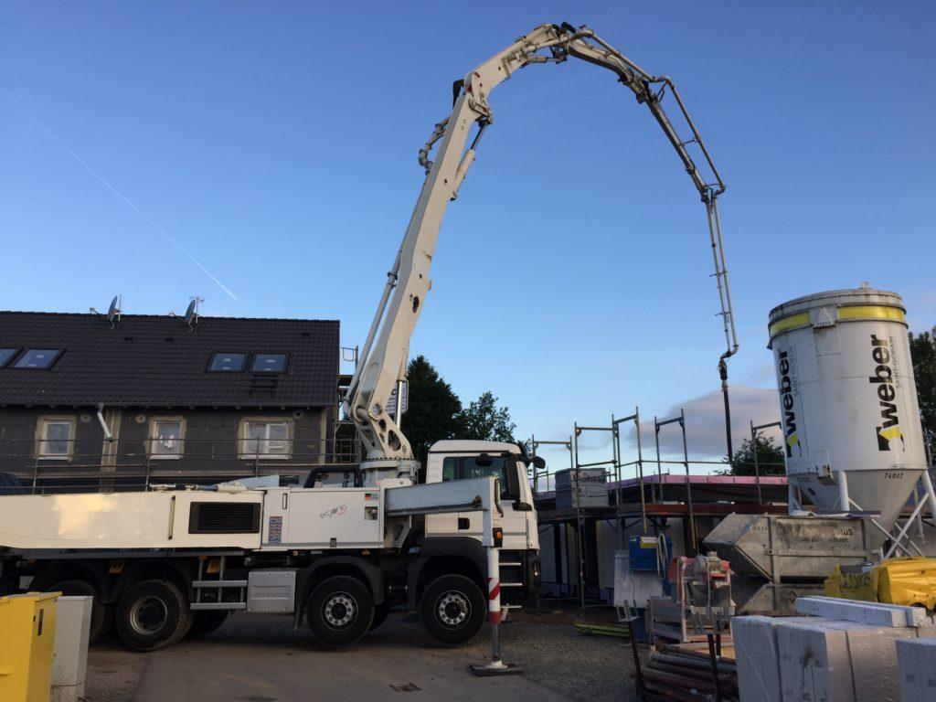 Betonpumpe befördert Beton auf die Decke