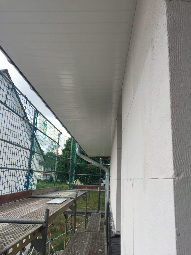 Dachgesims aus weißen Kunststoffpaneelen