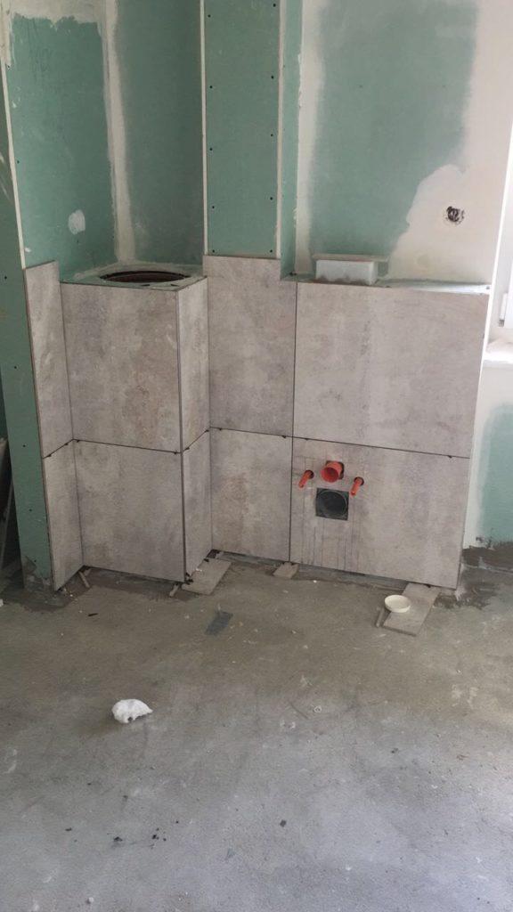 Wäscheabwurfschacht und WC