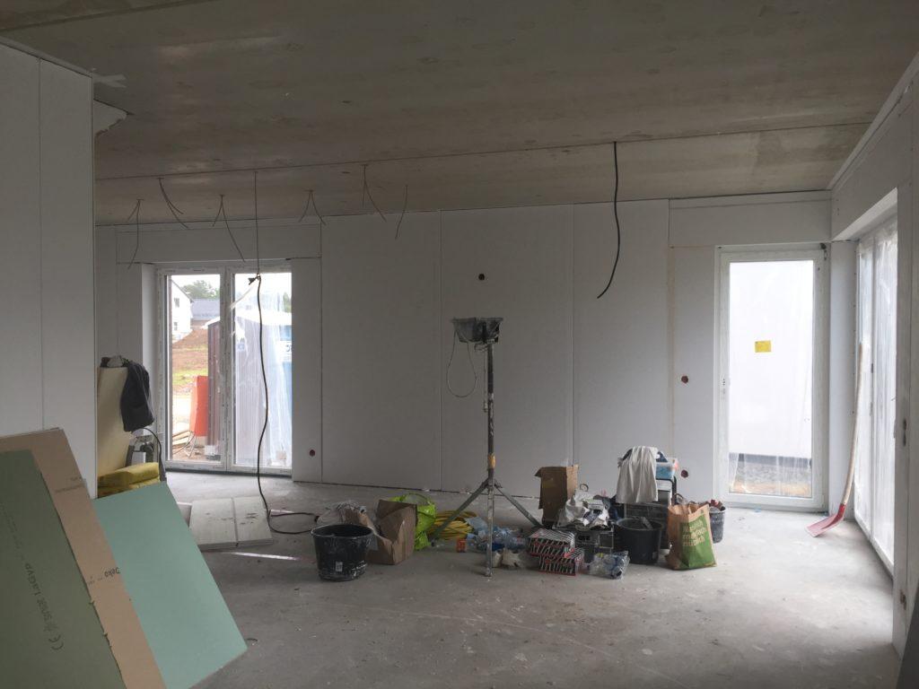 Materiallager im Wohnzimmer