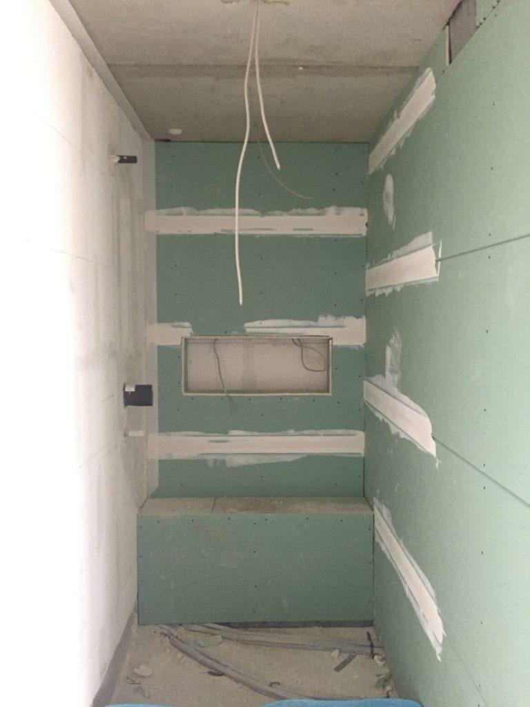 Duschnische mit Wandfach